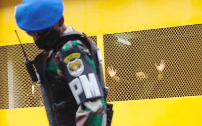 Personel Polisi Militer berjaga di depan instalasi rumahtahanan militer berbasis Artificial Intell...