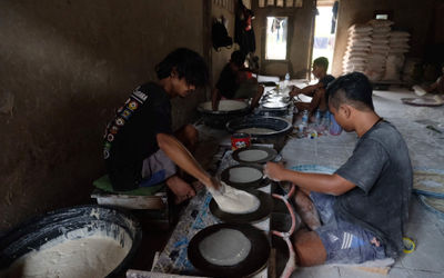 Pekerja mengolah tepung terigu menjadi kulit lumpia di industri rumahan kawasan Kampung Sumur, Duren...