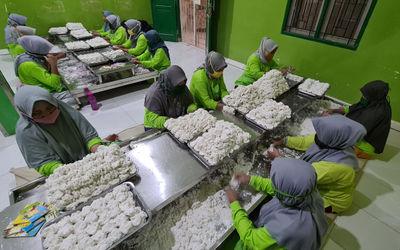 Pekerja membuat makanan tradisional cireng di sentra UMKM pembuatan Cireng Crispy di Pamulang, Tange...