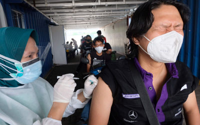 Petihas memberikan vaksinasasi untuk mitra driver Gojek di Kemayoran, Jakarta, Kamis, 29 April 2021....