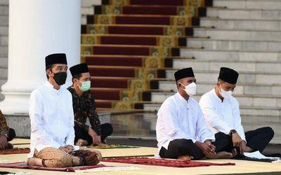 Presiden Jokowi menggelar salat Idulfitri di halaman Istana Bogor / Facebook @jokowi\n