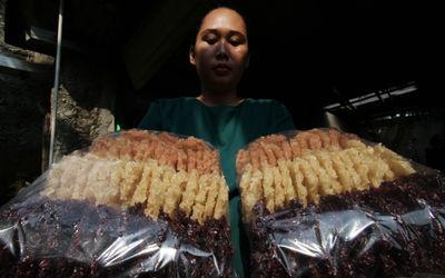 Nampak sejumlah pekerja tengah membuat penganan rengginang di kawasan Buaran Serpong Tangerang Selat...