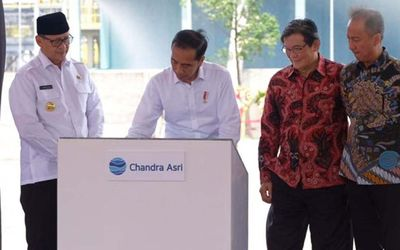 Presiden Joko Widodo bersama pemilik Chandra Asri Petrochemical Prajogo Pangestu dan Menteri Perindu...