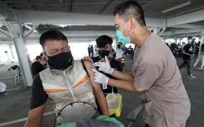 Suasana vaksinasi bagi ratusan mitra Gojek di sentra vaksinasi Indonesia bangkit Rumah Sakit Univers...