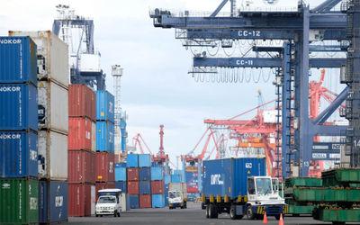 Suasana aktivitas bongkar muat petikemas di Jakarta International Container Terminal (JICT), Tanjung...