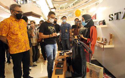 Menteri Pariwisata dan Ekonomi Kreatif RI (Menparekraf) Sandiaga Uno didampingi oleh Mall Director L...