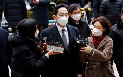 Pewaris Samsung Group Jay Y. Lee tiba di pengadilan di Seoul, Korea Selatan, 18 Januari 2021. REUTER...
