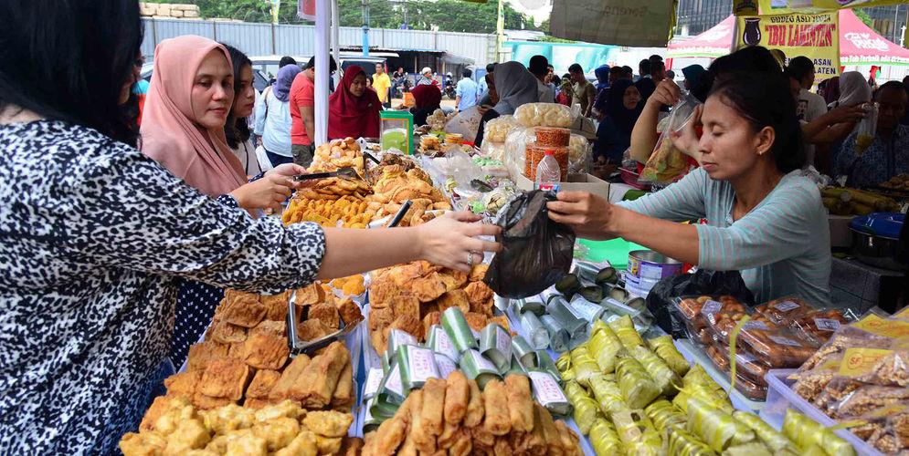 Warga membeli makanan untuk berbuka puasa di Pasar Takjil Benhil, Jakarta. Foto: Ismail Pohan/TrenAsia\n
