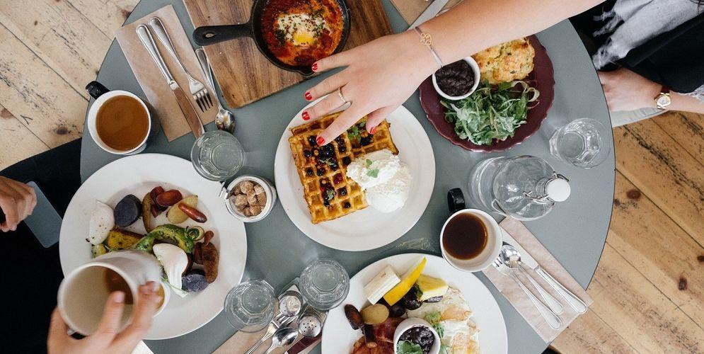 Ilustrasi memilih makanan saat puasa. / Pixabay\n