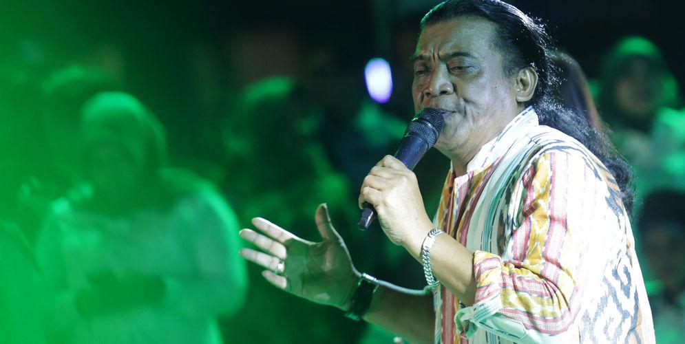 Penyanyi Campursari Didi Kempot saat tampil di Komplek Parlemen Senayan. Foto: Ismail Pohan/TrenAsia\n
