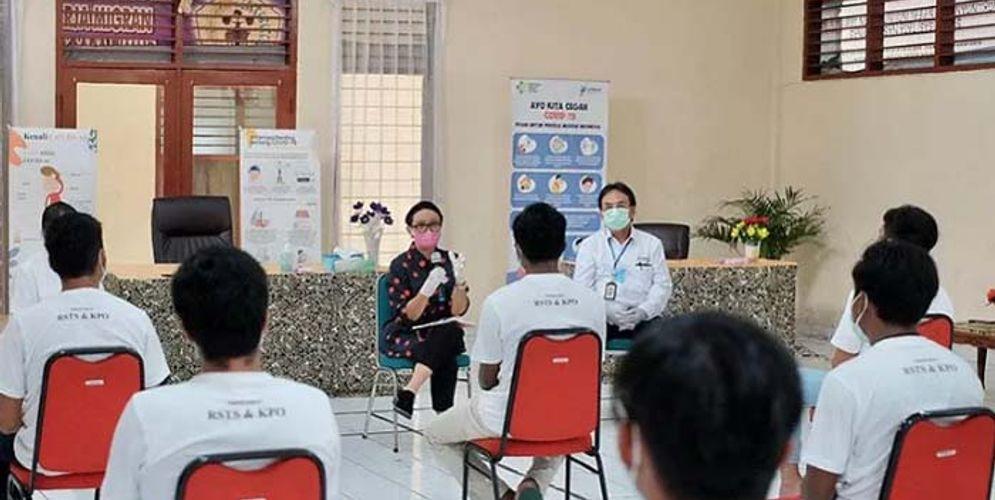 Menteri Luar Negeri Retno Marsudi bertemu sejumlah pekerja ABK yang kembali ke Tanah Air setelah diduga mengalami pelanggaran hak asasi manusia saat bekerja di beberapa kapal China, Minggu 10 Mei 2020/Kemlu RI\n