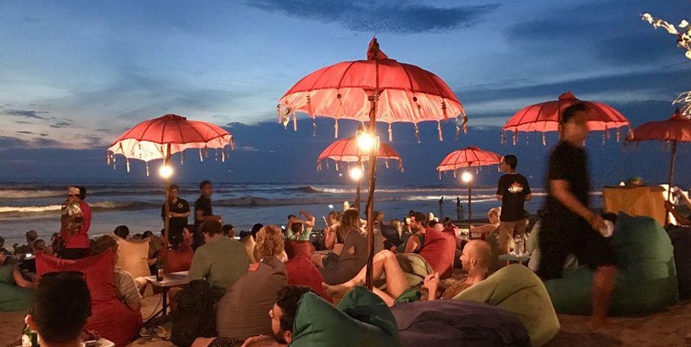 Wisatawan menikmati Matahari terbenam di Pantai Seminyak, Bali. / Pixabay \n