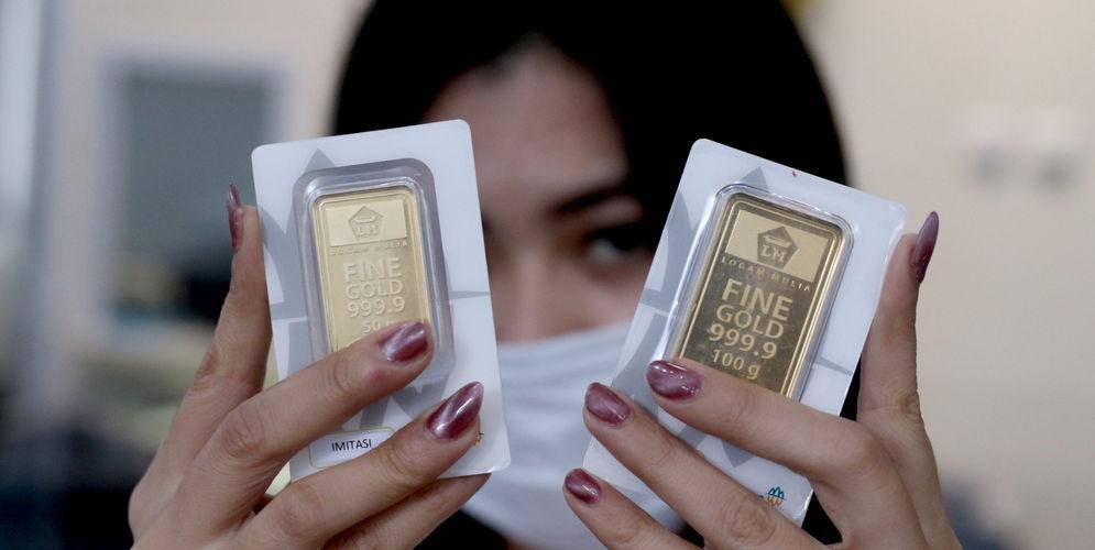 Karyawati menunjukkan replika emas logam mulia di Butik Emas LM ANTAM, Kebun Sirih, Jakarta, Senin, 12 Oktober 2020. Harga emaspada perdagangan hari ini mengalami penurunan seiring dengan aksi ambil untung setelah naik tajam pada perdagangan sebelumnya. Berdasarkan informasi Unit Bisnis Pengolahan dan Pemurnian Logam Mulia Antam, harga emas ukuran 1 gram berada di level Rp1.017.000, turun Rp2.000. Sementara untukharga emas Antamcetakan terkecil yakni 0,5 gram dibanderol dengan harga Rp Rp538.500, turun Rp1.000 dibandingkan dengan kemarin. Foto: Ismail Pohan/TrenAsia\n