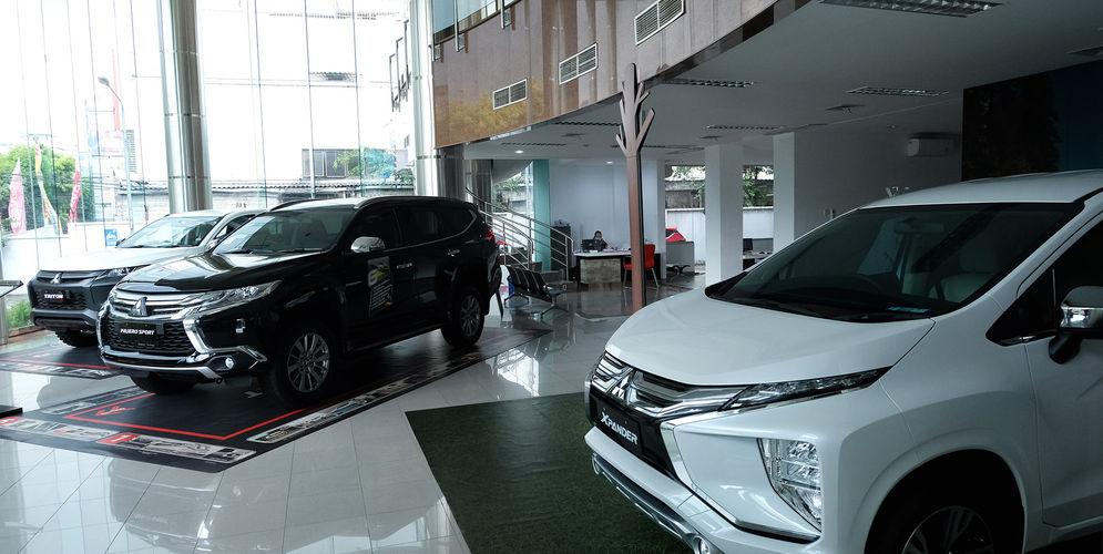 Sejumlah unit mobil baru berada di salah satu showroom penjualan Mitsubishi kawasan Mampang, Jakarta Selatan, Senin, 19 Oktober 2020. Foto: Ismail Pohan/TrenAsia\n