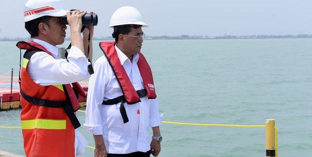 Presiden Joko Widodo dan Menhub Budi Karya Sumadi saat meninjau Pelabuhan Patimban / Setneg.go.id\n
