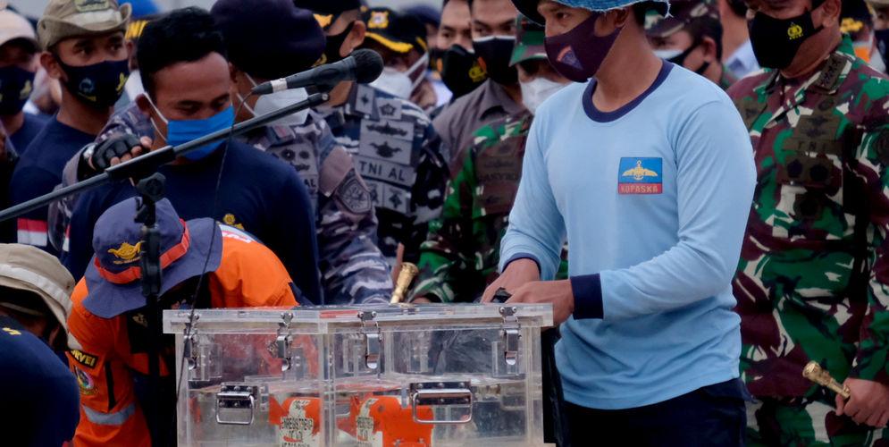 Tim penyelam meletakkan black box Flight Data Recorder (FDR) kecelakaan pesawat Sriwijaya Air SJ-182 di dermaga JICT 2, Tanjung Priok, Jakarta, Selasa, 12 Januari 2021. Foto: Ismail Pohan/TrenAsia\n