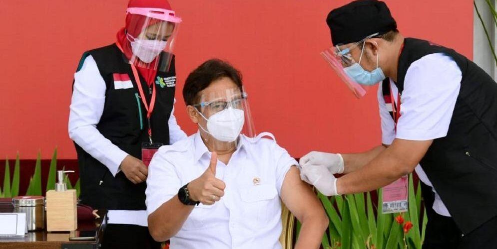 Menteri Kesehatan, Budi Gunadi Sadikin, saat menjadi salah satu penerima awal pada vaksinasi COVID-19 Perdana bersama Presiden, Rabu, 13 Januari 2021, di teras Istana Merdeka, Jakarta. / Foto: BPMI Setpres/Muchlis Jr.\n