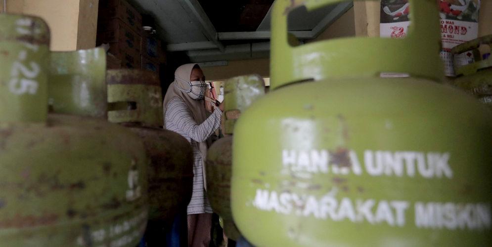 Pekerja menata tabung gasLPG ukuran 3 kilogram di agen LPG kawasan Kemang Timur, Jakarta Selatan,Kamis, 25 Februari 2021. Foto: Ismail Pohan/TrenAsia\n