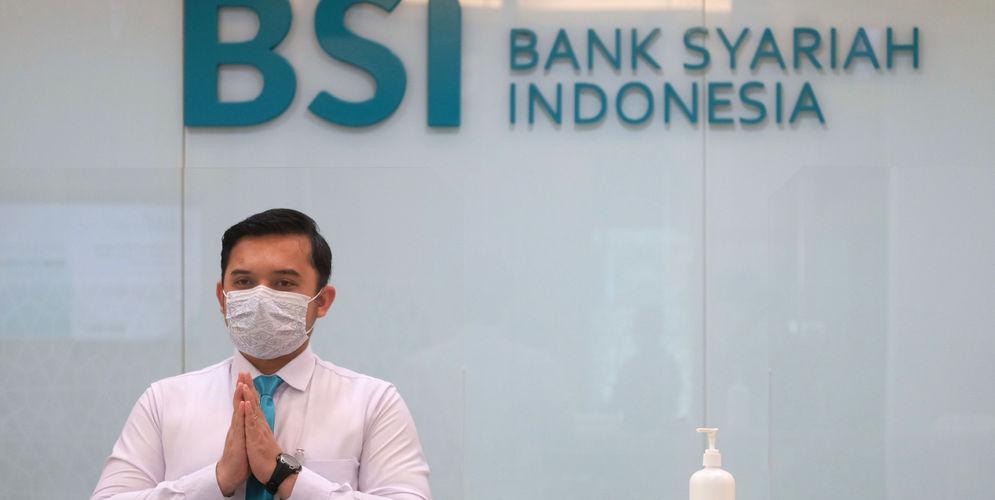 Karyawan memberikan salam kepada nasabah di kantor cabang Bank Syariah Indonesia (BRIS) Jakarta Hasanudin, Jakarta,Rabu, 17 Februari 2021. Foto: Ismail Pohan/TrenAsia\n