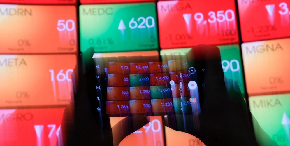 Awak media mengambil gambar layar pergerakan indeks harga saham gabungan (IHSG) di gedung Bursa Efek Indonesia (BEI), Jakarta, Senin, 22 Maret 2021. Foto: Ismail Pohan/TrenAsia\n
