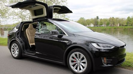 Ilustrasi: SUV Tesla Model X\n