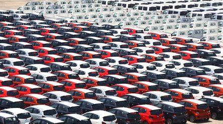 Petugas melintas diantara mobil-mobil yang akan di ekspor di Site PT Indonesia Kendaraan Terminal, S...