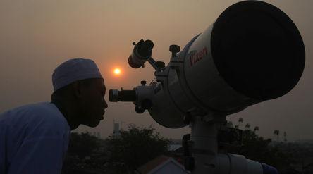 Petugas tim hisab rukyat melakukan pengamatan posisi terbenamnya matahari untuk melihat posisi hilal...