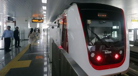 Warga mengikuti ujicoba Light Rail Transit (LRT) di Stasiun Boulevard Utara, Kelapa Gading, Jakarta....