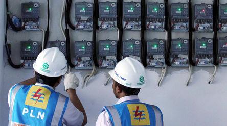 Petugas PLN Area Bulungan Distribusi Jakarta Raya melakukan penyambungan penambahan daya pelanggan 1...