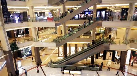 Suasana pengunjung di Mall Pasific Place, kawasan SCBD, Jakarta. Foto: Ismail Pohan/TrenAsia\n