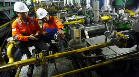 Petugas PGN tengah melakukan pengecekan rutin Gas Engine di Plaza Indonesia. Foto: Ismail Pohan/Tren...