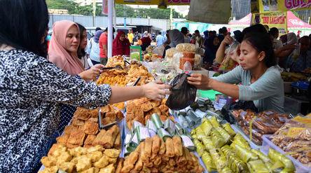 Warga membeli makanan untuk berbuka puasa di Pasar Takjil Benhil, Jakarta. Foto: Ismail Pohan/TrenAs...