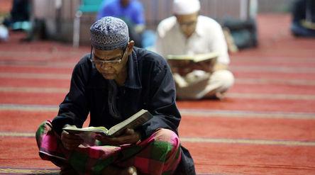Umat muslim mengisi waktu puasa dengan mengaji dan bertadarus di Masjid Istiqlal. Foto: Ismail Pohan...