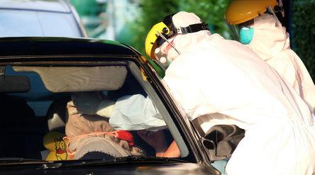 Petugas medis mengambil sampel spesimen saat swab test secara drive thru di halaman Laboratorium Kes...