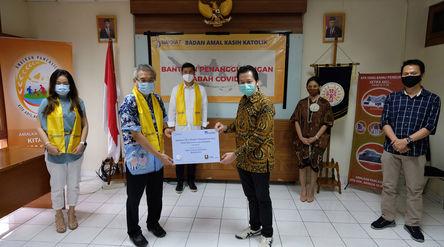 Presiden Direktur AXA Mandiri Handojo G Kusuma (Ketiga kanan) secara simbolis menyerahkan donasi kep...