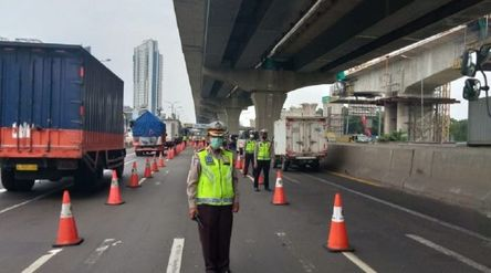 Polda Metro Jaya melakukan penyekatan ruas tol untuk melarang masyarakat mudik. / Twitter @TMCPoldaM...