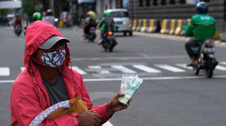 Penjual jasa penukaran uang menunggu konsumen di kawasan Kota Tua, Jakarta Barat, Sabtu 23 Mei 2020....