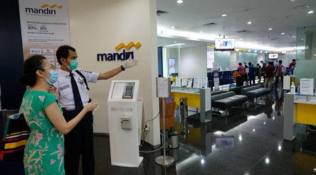 Suasana pelayanan nasabah di kantor Cabang Plaza Mandiri, Jakarta, Jum'at 29 Mei 2020. Bank Ma...