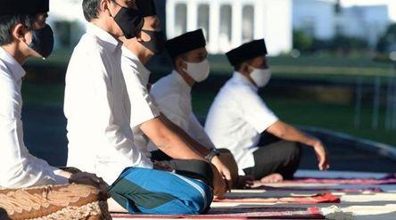 Presiden Joko Widodo saat melakukan salat Idulfitri di Istana Bogor. / Facebook @Jokowi\n