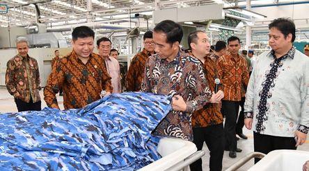 Presiden Jokowi saat meninjau pabrik PT Sri Rejeki Isman Tbk di Kabupaten Sukoharjo, Provinsi Jawa T...