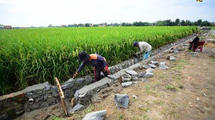 Salah satu kegiatan pembangunan dengan skema padat karya tunai (PKT). / Dok. Kementerian PUPR\n