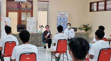 Menteri Luar Negeri Retno Marsudi bertemu sejumlah pekerja ABK yang kembali ke Tanah Air setelah did...