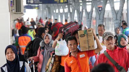 Pemudik tiba di Stasiun Pasar Senen Jakarta Pusat saat musim lebaran tahun 2020. Foto: ismail Pohan/...