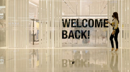 Pengunjung melintas di salah satu tenant mal Senayan City yang kembali dibuka di Jakarta, Senin 15 J...