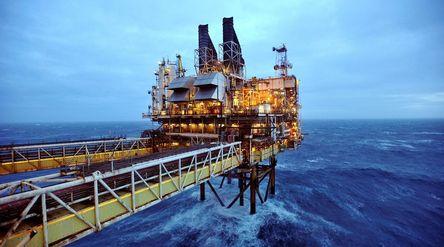 Ilustrasi ladang minyak dan gas lepas pantai. / Reuters\n