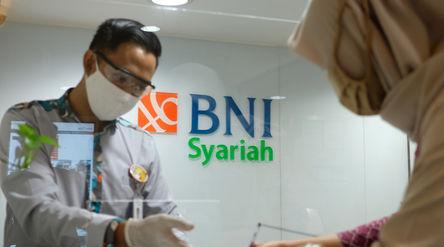Karyawan melayani nasabah di Kantor Cabang Bank BNI Syariah di Jakarta, Rabu 17 Juni 2020. Wakil Pre...