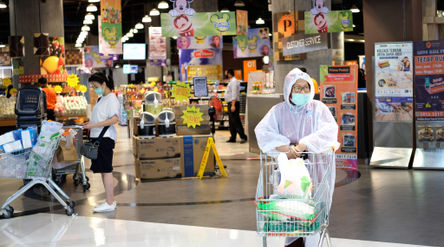 Ilustrasi: Warga mengenakan APD usai berbelanja di supermarket tenant Lippo Mall Puri, Jakarta Barat...