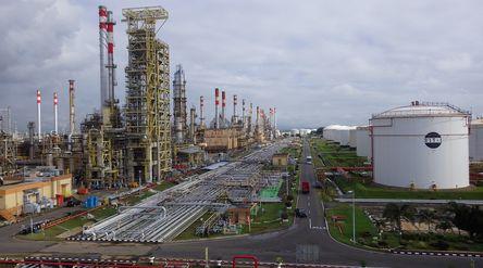 Kilang minyak PT Pertamina (Persero) di Cilacap, Jawa Tengah. / Twitter @enamkosongsatu\n
