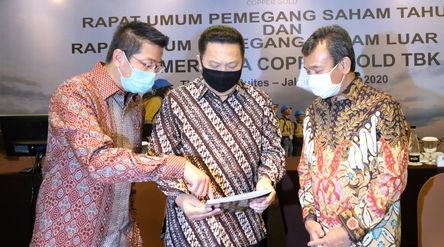 Presiden Direktur PT Merdeka Copper Gold Tbk (MDKA), Tri Boewono (kiri) bersama dengan Komisaris MDK...