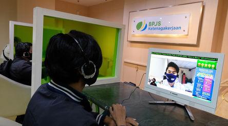Peserta BP Jamsostek berkomunikasi dengan petugas pelayanan saat melakukan klaim melalui Layanan Tan...